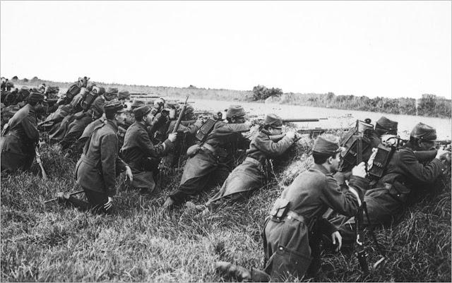 Soldats francesos maniobren darrere d'una rasa