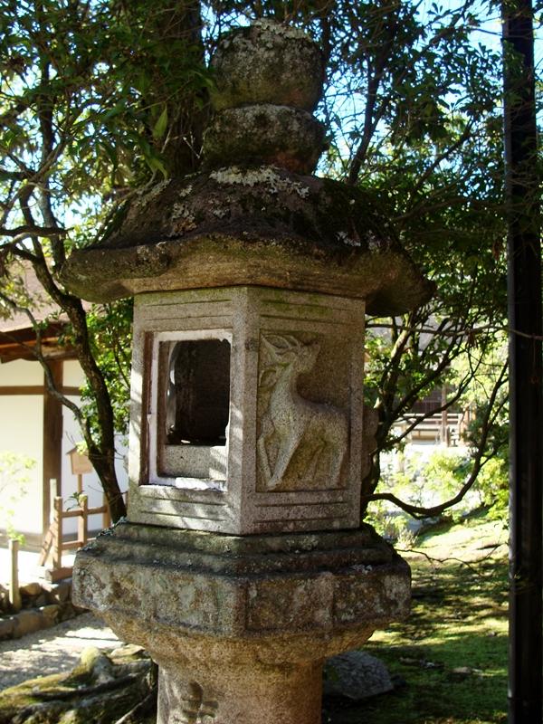 japanische Steinlaterne mit Hirsch Ornament
