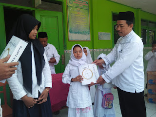 Pemberian Hadiah Kelas Peserta Kirab Muharram 1440 H Terbaik