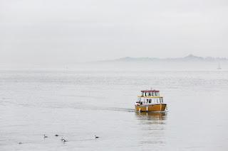 Un bâteau jaune sur le lac