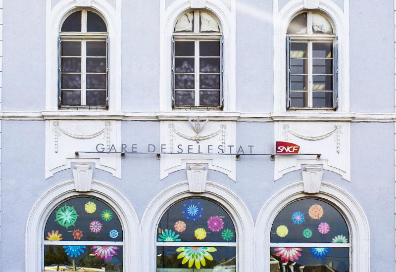 http://camillepplin.blogspot.fr/2017/07/des-fleurs-en-papiers-pour-la-gare-sncf.html