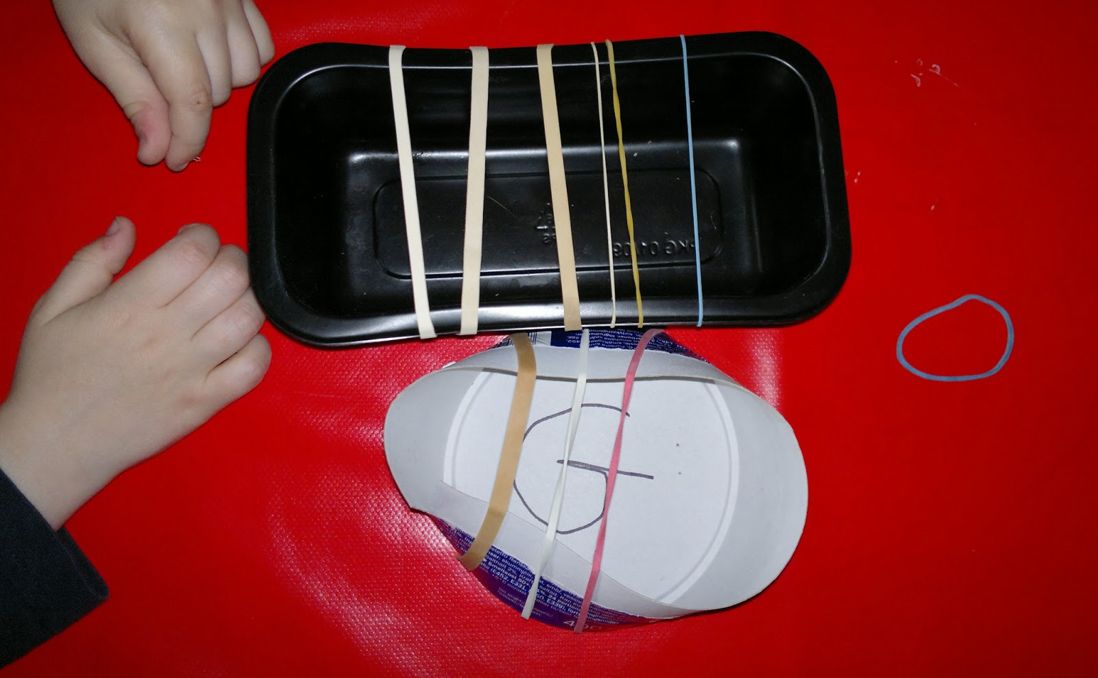 Le Baby Bakery: Elastic Band Guitars