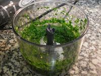 Picando las hierbas, con el ajo y las especias.