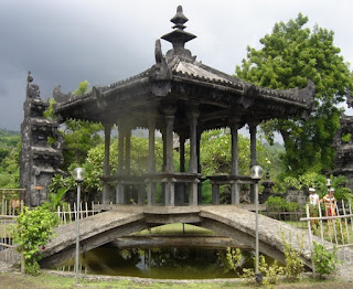 http://www.teluklove.com/2017/01/daya-tarik-objek-wisata-pura-ponjok.html