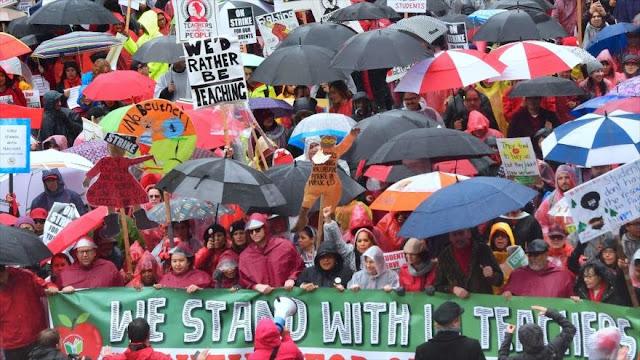Miles de maestros en EEUU realizan huelga para exigir recursos
