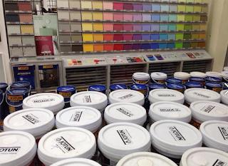 Sơn Nước Ngoài Trời Jotun Jotashield Chống Phai Màu Jotashield Chống Phai Màu là dòng sản phẩm sơn phủ ngoài trời cao cấp mang lại sự lựa chọn đa dạng các sắc màu ngoại thất với độ bền màu vượt trội Jotashield Chống Phai Màu là dòng sản phẩm sơn cao cấp mang lại sự lựa chọn đa dạng các sắc màu ngoại thất với độ bền màu vượt trội. Công nghệ chất tạo màu tiên tiến của Jotun đem lại cho Jotashield Chống Phai Màu tính năng kháng tia cực tím gấp 2 lần và bền màu hơn so với các sản phẩm sơn thông thường. Sản phẩm này đã được kiểm nghiệm dưới điều kiện tự nhiên và trong phòng thí nghiệm. Các màu giảm nhiệt của Jotashield có Tổng Hệ Số Kháng Tia Hồng Ngoại Total Solar Reflectance (TSR) cao hơn, do đó giúp phản xạ lại tia hồng ngoại gấp 2 lần so với các sản phẩm sơn khác, giup giảm nhiệt cho ngôi nhà của bạn. Sản phẩm sơn  Jotun  Jotashield được sản xuất đáp ứng những tiêu chuẩn gắt gao nhờ vào sự đầu tư nghiêm túc, nghiên cứu phát triển và kiểm nghiệm nghiêm ngặt dưới điều kiện thời tiết khắc nghiệt. Tất cả các tiến trình này đều được thực hiện một cách chuyên nghiệp trên phạm vi toàn cầu. Từ điều kiện thời tiết nóng bức ở Dubai đến khí hậu nhiệt đới ở Đông Nam Á hay nhiệt độ băng giá tại Na Uy, nhãn hiệu Jotashield đã được kiểm nghiệm và chứng minh có khả năng chịu đựng được các điều kiện thời tiết khắc nghiệt khác nhau.  Đặc tính của Sơn Jotashield: > Kháng tia cực tím gấp 2 lần  > Chống bám bụi > Giảm nhiệt  > Chống rong rêu và nấm mốc  > Chống thấm nước  > 6 năm bảo vệ  > Không chứa hóa chất độc hại