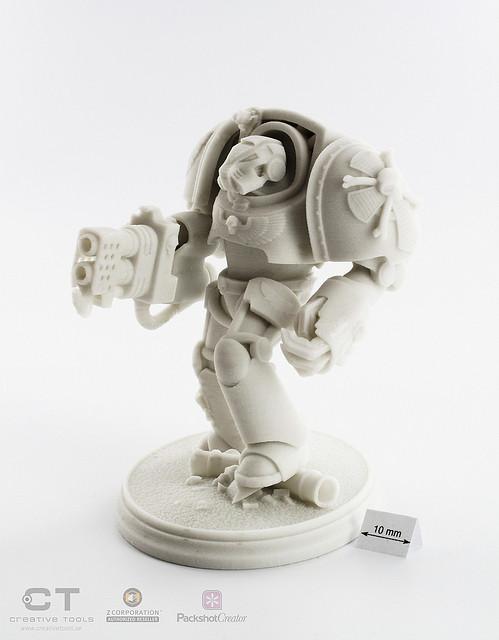Escultura en blanco de un robot creada con una impresora 3D