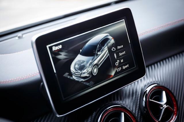 Mercedes AMG A45 4MATIC 2017 sử dụng màn hình màu TFT 8 inch