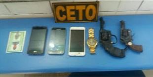 Jovem é preso e menor é apreendido por assaltos a transportes alternativos em Alagoinhas