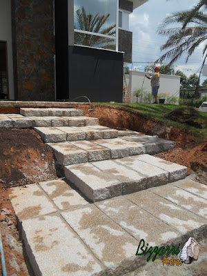 Construção da escada de pedra folheta em casa em condomínio em Sousas-SP.
