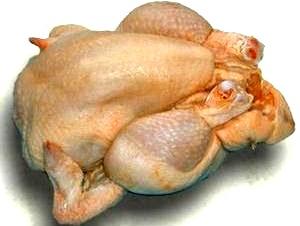 Foto de carne de gallina entera y pelada o pollo, derivados de la gallina