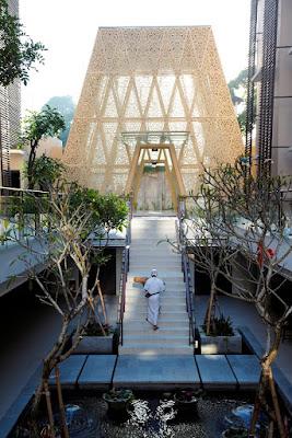 tampak lobby hotel Ananta Legian Bali berbentuk piramida terpotong