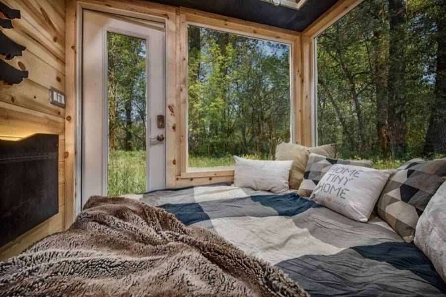 02-Pull-Out-Bed-Backcountry-Architecture-with-a-Cosy-Tiny-House-www-designstack-co