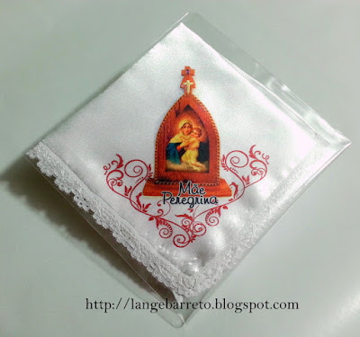 Lenço de cetim com imagem da Mãe Peregrina.