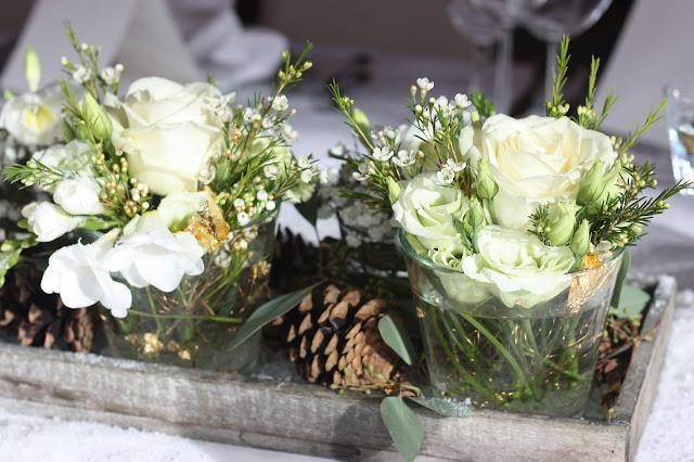 Tischblumen Winterhochzeit in den Bergen von Garmisch-Partenkirchen, Riessersee Hotel, Hochzeitshotel in Bayern, Gold, Weiß, Tannenzapfen, Winter wedding gold, white, pine cones, lake-side wedding abroad