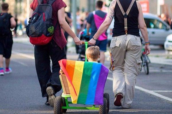 ΣΥΡΙΖΑ: Προχωράμε με γάμους ομοφυλοφίλων και τεκνοθεσία από ομόφυλα ζευγάρια