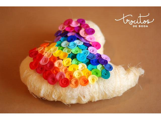 Corazón bouquet portaalfileres con alfileres de boda arco iris rainbow - Trocitos de boda