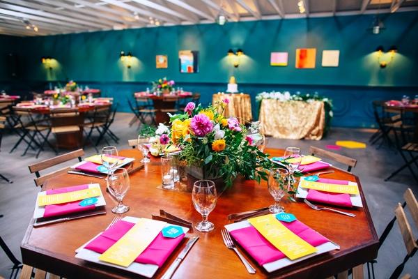 espacios decorados para bodas en llamativos colores