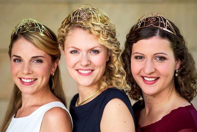 Die amtierende Deutsche Weinkönigin Janina Huhn und die beiden Weinprinzessinnen Judith Dorst sowie Kathrin Schnitzius. #Wein #Weinmajestäten #MoToLogie