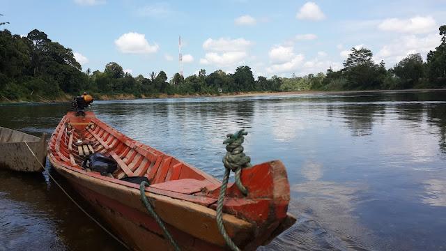 Sampan bermesin di air surut Sungai Mendalam