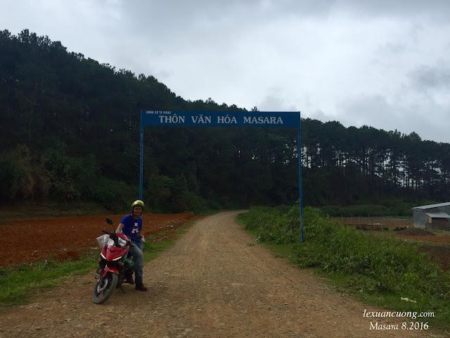 Cồng chào thông Masara, xã Tà Năng. Đi thẳng hết con đường này là đến đồi cỏ thung lũng Masara rồi