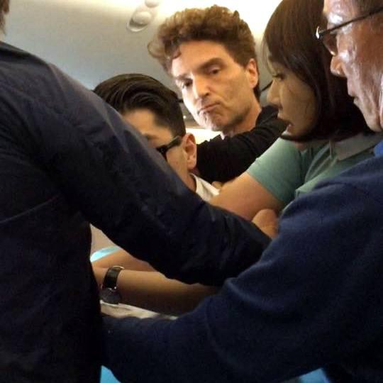Richard Marx contra un coreano encolerizado a bordo de un avión