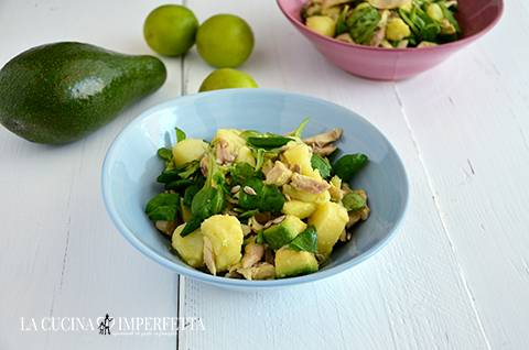 Insalata di pollo, patate e avocado