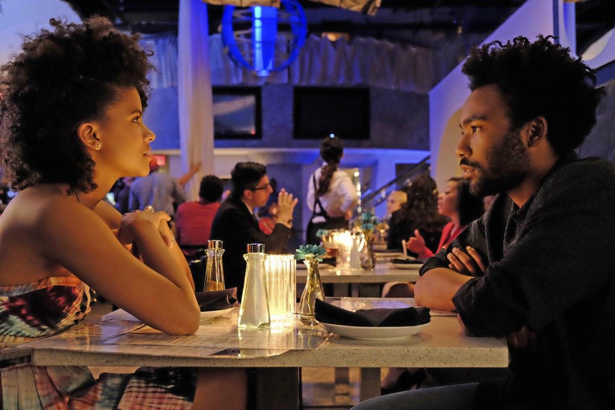 Earn y Van, en un restaurante de moda, en un episodio de Atlanta