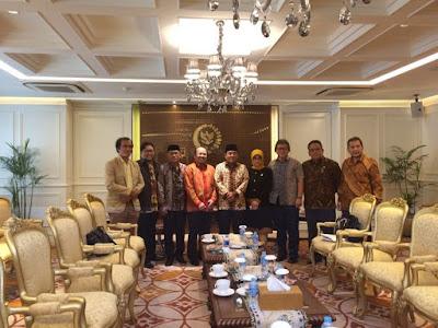 Ketua Ombudsman, Amzulian Rifai Bersama Jajaranya, Menyampaikan Laporan Triwulan pada Ketua DPR RI Ade Komarudin