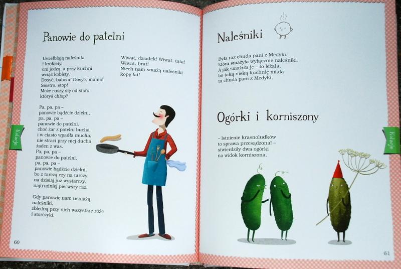 Mężczyzna w kuchni i ogórki z korniszonem