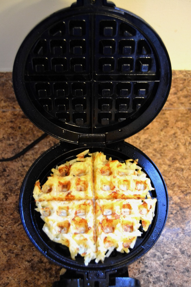 Easy Cheddar Hash Brown Waffles take 10 minutes to make and are the perfect kitchen hack with crispy, cheesy hash browns ready in no time! www.nutritionistreviews.com