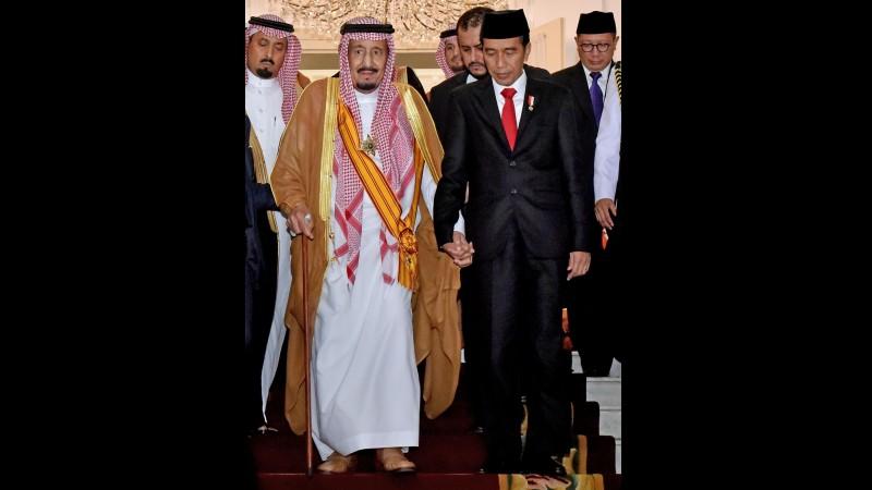 Jokowi menggandeng tangan Raja Salman