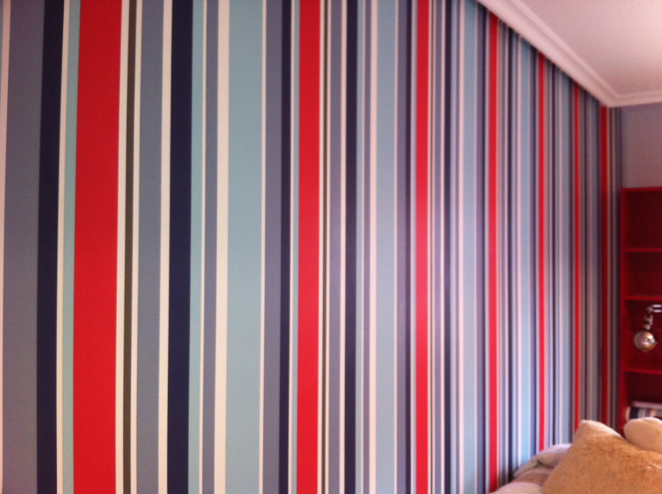Empapelado y colocaci n de friso en habitaci n infantil for Papel de rayas para pared
