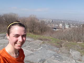 Coureuse souriante, ville de Montréal, paysage, horizon
