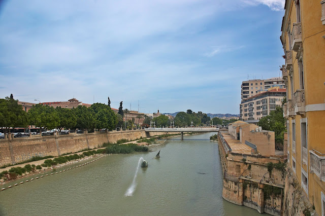 fontanna w kształcie ryby w rzece w Murcji
