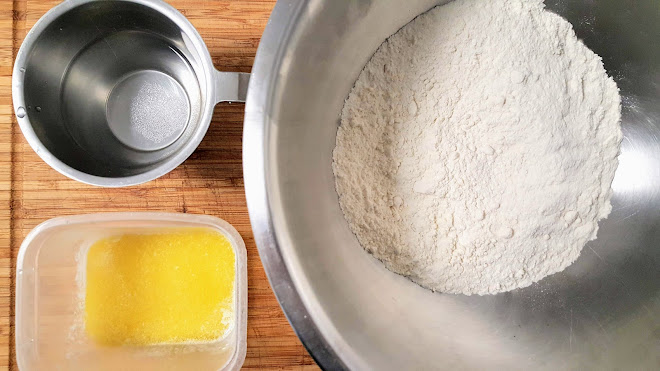 Préparer les ingrédients, dissoudre le sel dans l'eau.