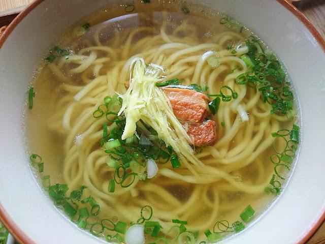 ソーキそばの麺とスープの写真