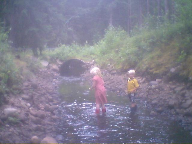 Madde och Gustav i bäcken. Foto Börje Melberg