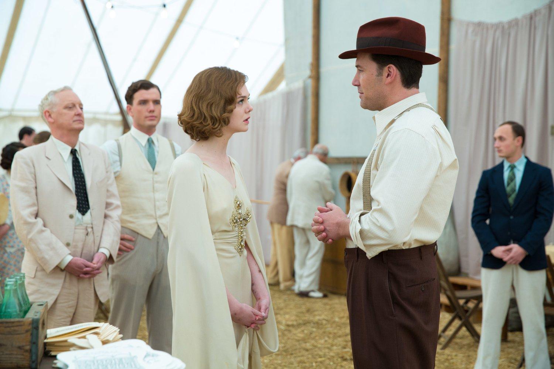 Ben Affleck y Elle Fanning en la película Vivir de Noche