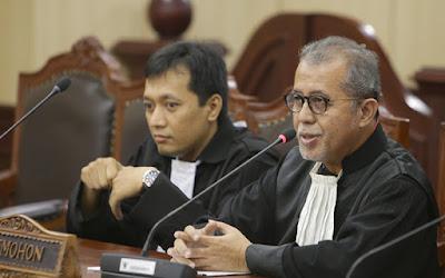 Kuasa Hukum Pemohon John Pieter Nazar beserta Munafrizal saat menyampaikan cabutan permohonan Pemohon uji materi UU Ketenagakerjaan, Senin (7/3) di Ruang Sidang Panel Gedung MK. Foto Humas/Ganie.
