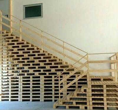 Escalera hecha de palets de madera reciclados