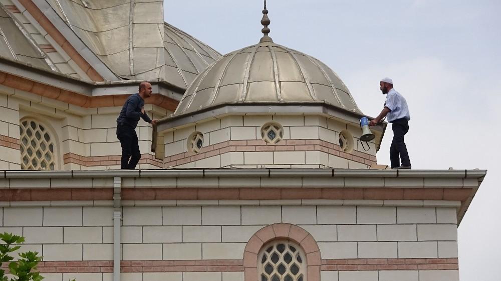 Cami çatısında intihar girişimi