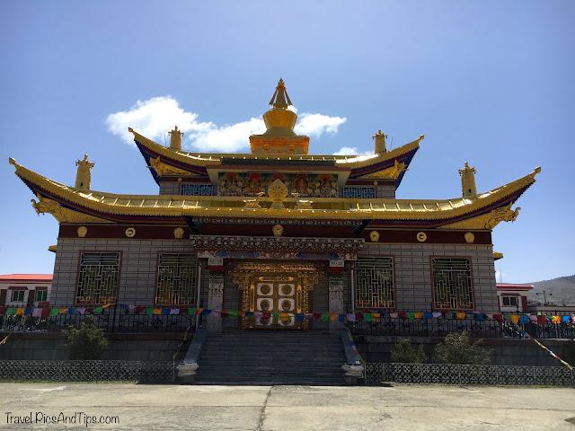 Temple, montagnes et régions tibétaines du Sichuan en Chine