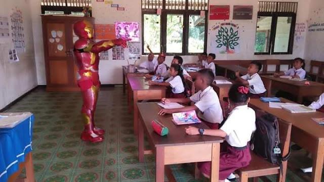 Unik, Guru SD di Kapuas Hulu Memakai Kostum Super Hero Saat Mengajar