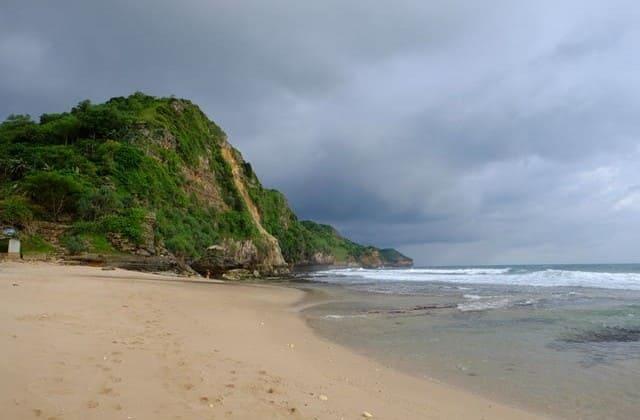 Ada 'Air Terjun' Mini di Tebing-tebing Pantai Seruni!