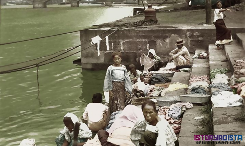 Filipino women washing clothes at Pasig River (1929)