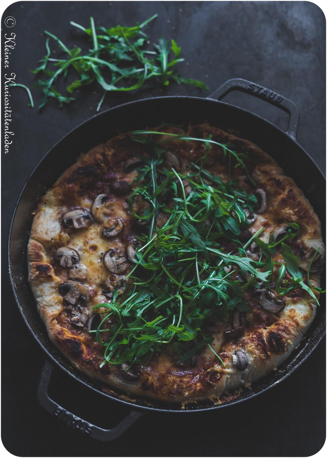 Pizza Funghi mit Knoblauch-Chili-Honig und Rucola