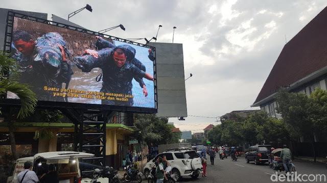 Narasi Patriotik dalam Videotron Bergambar Gatot Nurmantyo di Malang