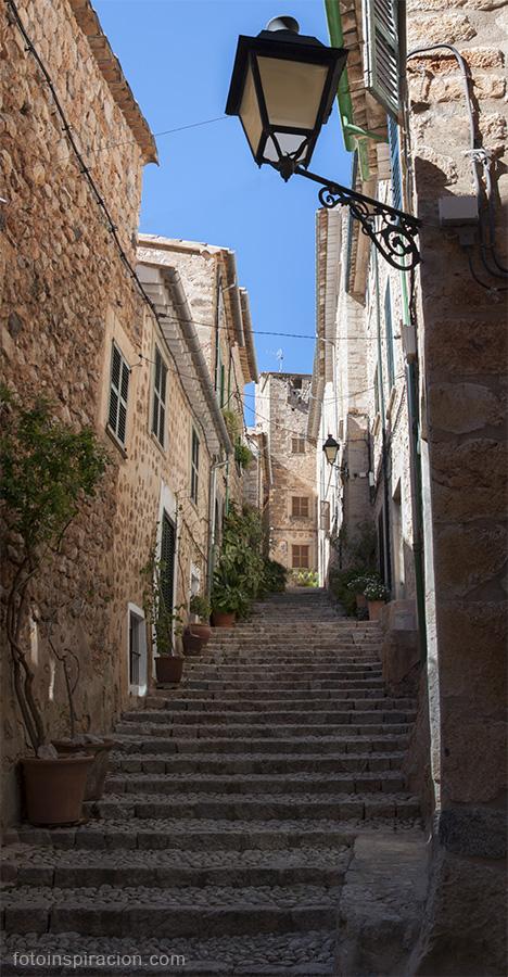 Escaleras empedradas en el municipio de Fornalutx, en Mallorca, Islas Baleares