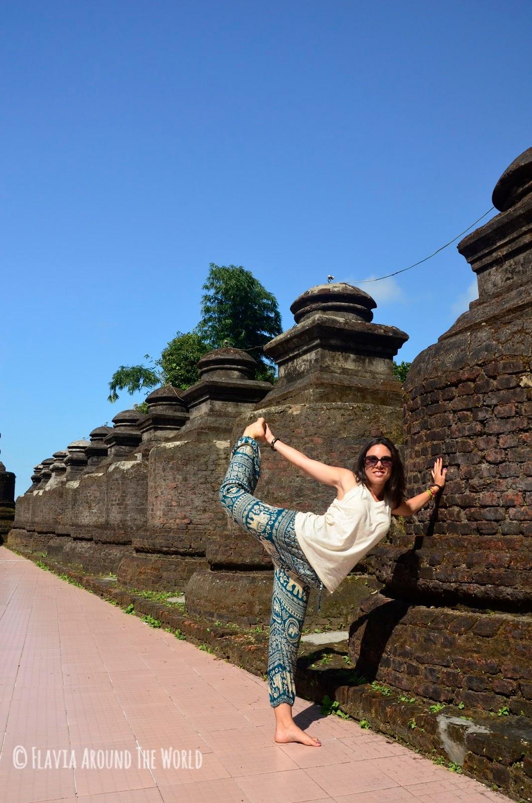 Yo haciendo el tonto en el templo de Shitthaung, Mrauk U, Myanmar